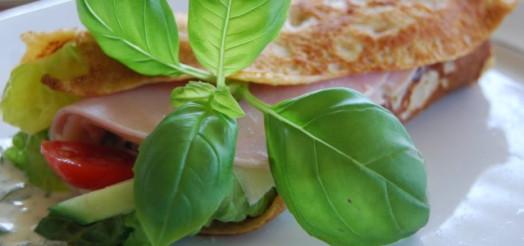 Grove pandekager med ost, skinke, salat og urtedressing