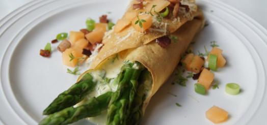 Pandekager med ost, asparges, bacon og melon
